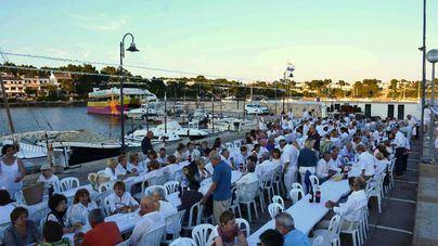 500 personas celebran Sant Joan en Porto Petro