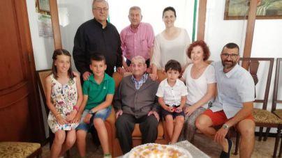 El manacorí Andreu Mascaró sopla 100 velas rodeado de los suyos