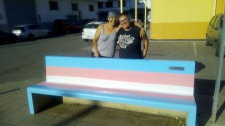 Pintan la bandera Trans en bancos y calles a favor del colectivo LGTBI