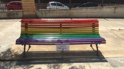 Pintan los bancos de Es Campet para conmemorar el orgullo LGTBI