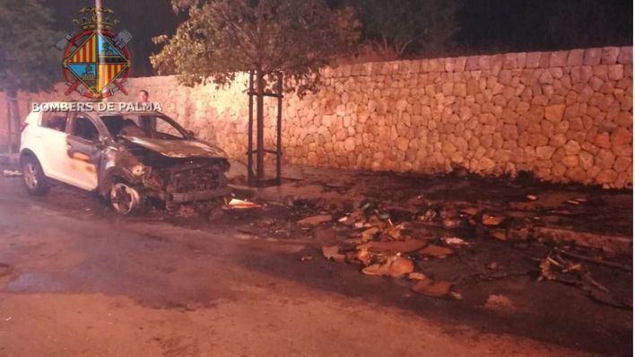 Arden contenedores de basura en dos calles de Palma de madrugada y calcinan un coche