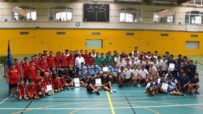 284 niños y técnicos celebran el ascenso de su equipo en el Germans Escalas