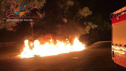 Un coche calcinado en un nuevo incendio provocado en contenedores de Palma