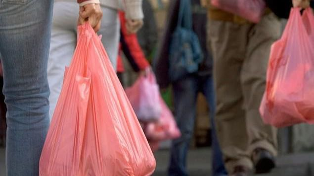 Los comercios podrán decidir cuánto cobran por las bolsas de plástico