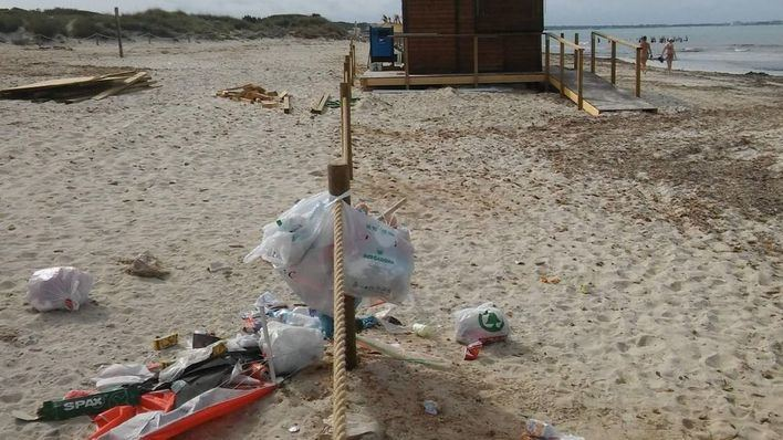 Denuncian el lamentable estado del Parque Natural del Trenc por acumulación de basuras