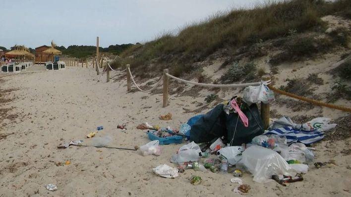Basura acumulada en la playa de Sa Ràpita, dentro del Parc Natural des Trenc, zona protegida