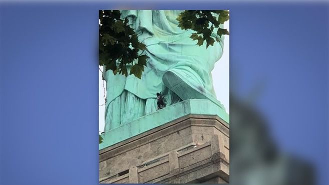 Detenida una mujer por subirse a la Estatua de la Libertad