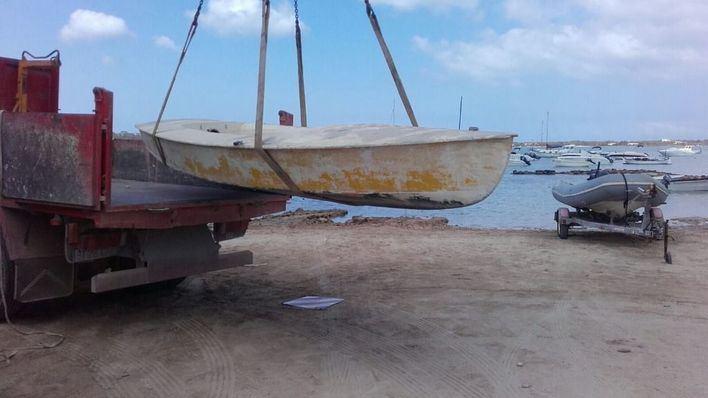 Retiran de S'Estany des Peix 20 embarcaciones abandonadas