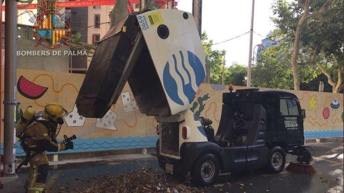 Extinguen el fuego de una barredora de Emaya frente a la comisaría de Policía