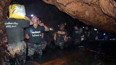 Inician el rescate de los 12 niños y el monitor atrapados en la cueva de Tailandia