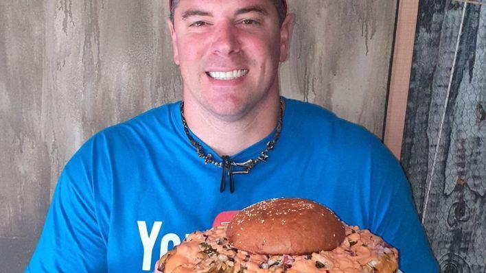 El youtuber Randy Santel logra comerse una hamburguesa de 3,2 kilos