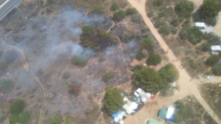 Un nuevo incendio en Sa Joveria, Ibiza, quema tres caravanas y una chabola