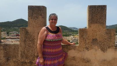 La alcaldesa de Andratx posa en la torre del Castell, con una vista privilegiada del municipio