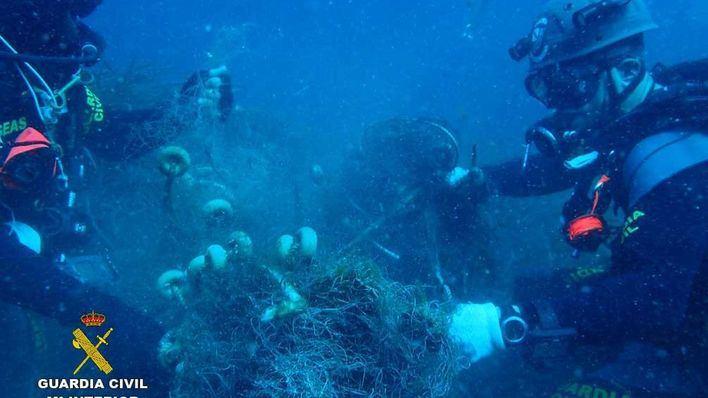 La Guardia Civil extrae una red de pesca abandonada en la Reserva Marina de Llevant en Cala Ratjada