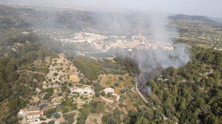 Sofocan un incendio próximo a unas viviendas en el Camí de s'Olivaret de Selva