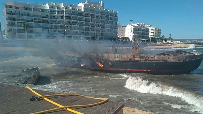 Arden dos barcos en el Caló des Moro de Sant Antoni