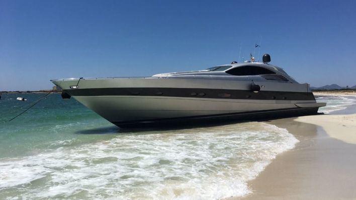Investigan cómo ha varado un yate de lujo en la playa de Es Caragol