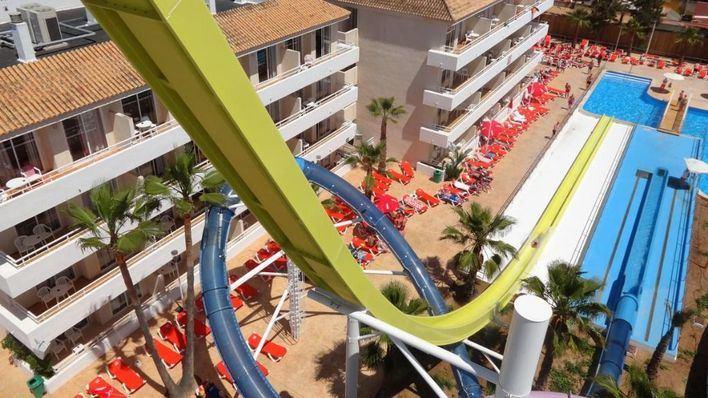 Un turista de 25 años, crítico tras tirarse de madrugada de cabeza a la piscina de un hotel en Magaluf