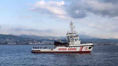 El 'Open Arms' llega al puerto de Palma con la superviviente y los dos cadáveres rescatados en el mar