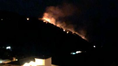 Impresionante incendio forestal quema Cala Estellencs y obliga a desalojar a 150 personas