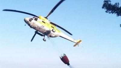 """Medios aéreos """"refrescan"""" la zona quemada en Estellencs para evitar el rebrote del incendio"""