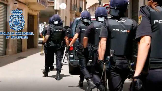 Agentes llegando al domicilio en el que detuvieron a los cabecillas