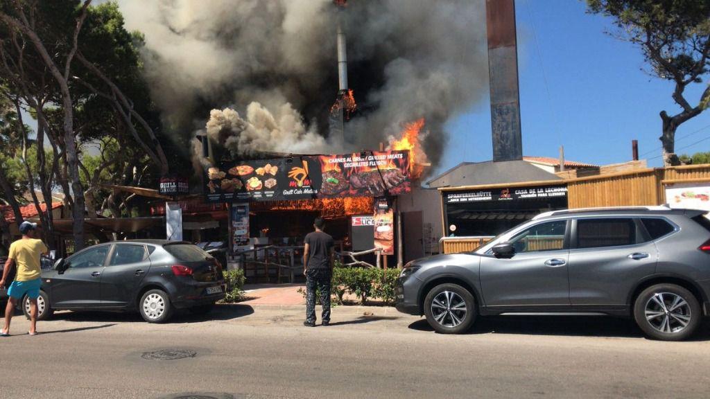 Un espectacular incendio calcina un restaurante asador en Cala Ratjada