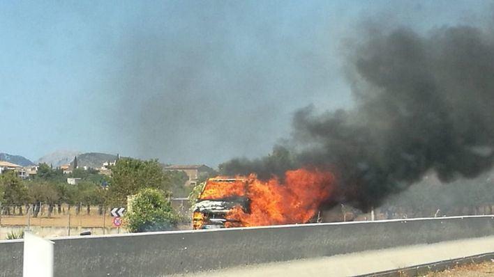 Retenciones de 6 kilómetros en la Autovía de Inca dirección Palma por el incendio de una furgoneta