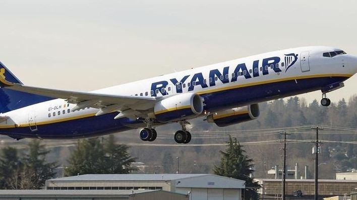 Denuncian a Ryanair por atender a los afectados por la huelga en un 902 de pago