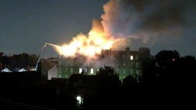 Espectacular incendio en un bloque de apartamentos en el norte de Londres