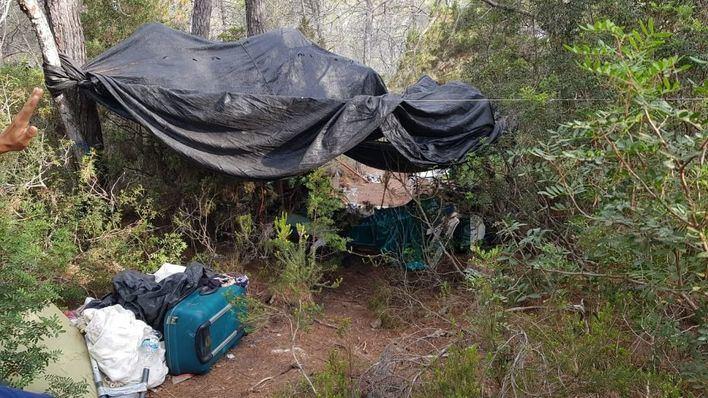Basura y hogueras en un campamento ilegal de turistas en un bosque de Ibiza