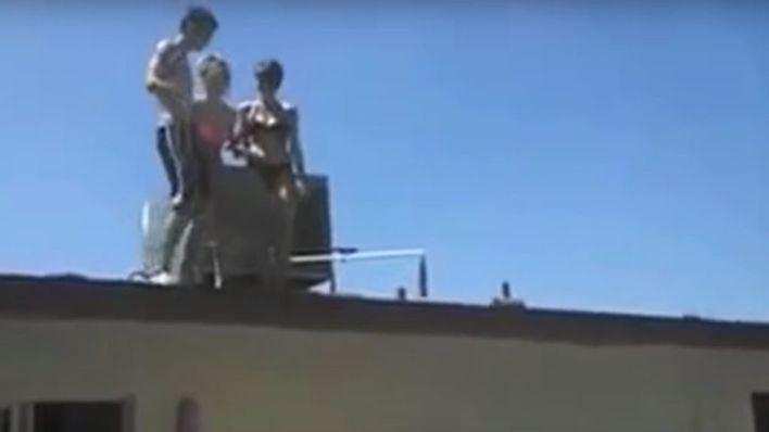 Una irlandesa de 18 años se cae de un balcón en Magaluf, la llevan a Son Espases y le cae una multa