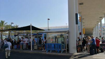 Aglomeración de pasajeros en Son Sant Joan ante la ausencia de taxis por el paro de cinco horas