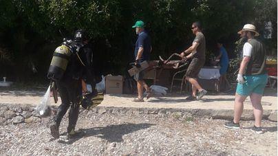 Extraen 150 kilos de residuos del fondo marino y litoral de Son Caliu