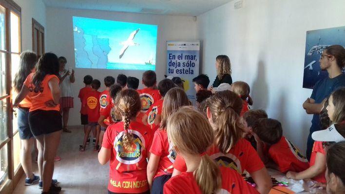 Más de 100 niños, en un taller sobre cómo tratar los residuos en el mar