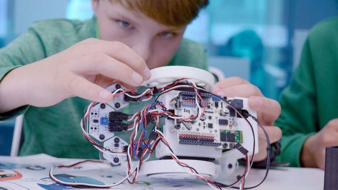 Los niños de Balears ven su futuro realizando profesiones tradicionales 'mano a mano' con robots