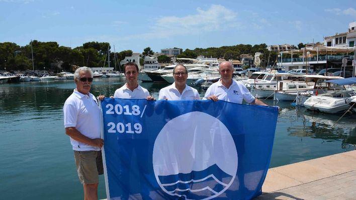 El club náutico de Porto Petro recibe la bandera azul un año más