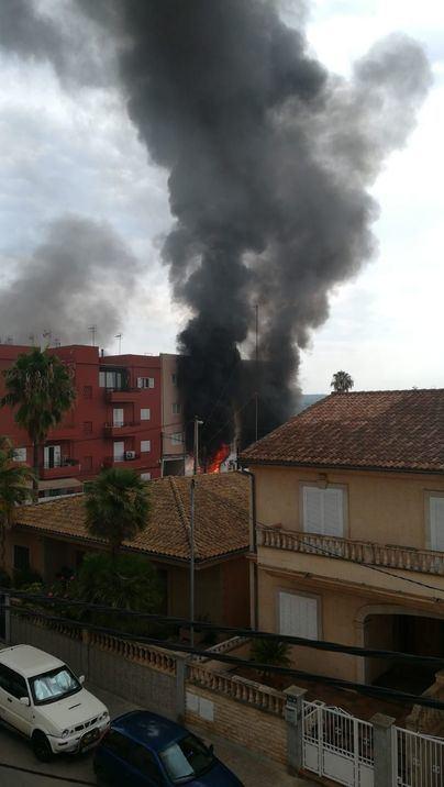 Dos niños y su padre, desalojados de un edificio en Son Ferriol por un incendio en un taller mecánico