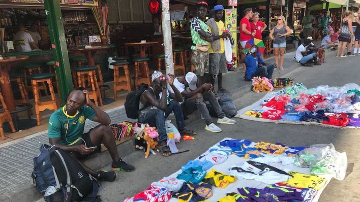 Vendedores del top manta invaden la Calle del Jamón en la Playa de Palma