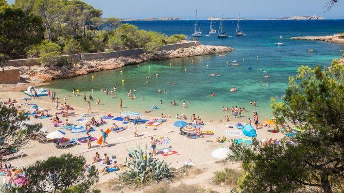 Un turista británico muere al golpearse tras saltar de 8 metros en Cala Gració