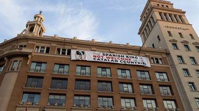 Independentistas vuelven a colgar la pancarta contra el Rey en Plaza Cataluña