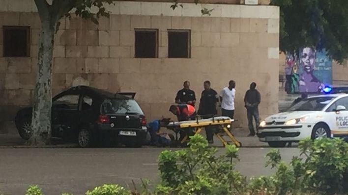 Herido leve un conductor al estrellar su vehículo contra un árbol en las Avenidas de Palma por la lluvia