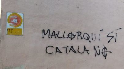 Emaya retira la pintada de la fachada del colegio Mata de Jonc