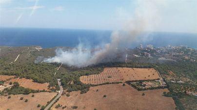 Reabren la carretera de acceso a Cales de Mallorca tras controlar el incendio