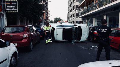 Un coche con dos ocupantes dentro embiste a otro aparcado y vuelca en el Arenal de Llucmajor