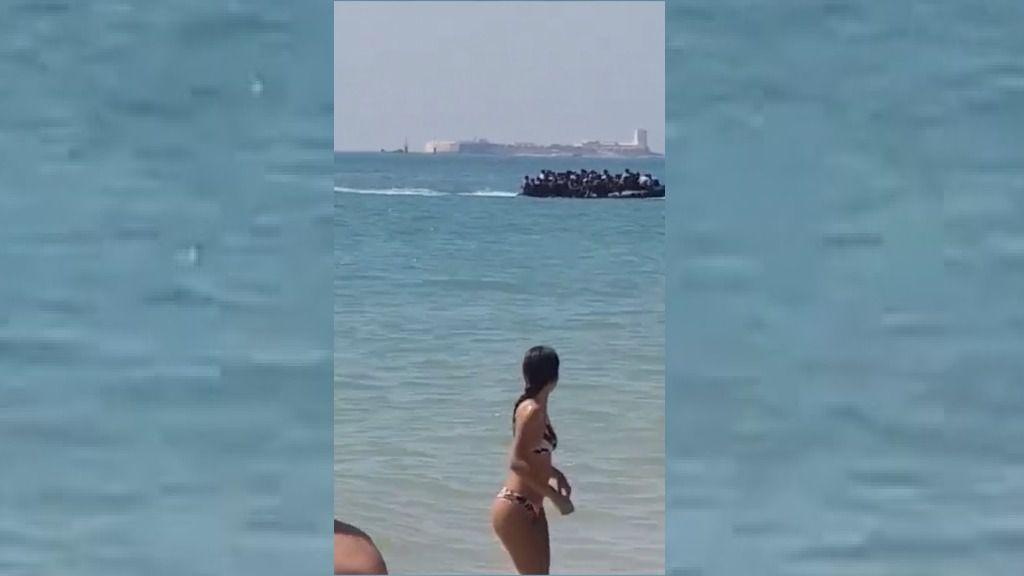 Unos bañistas graban la llegada de una patera a Chiclana, Cádiz