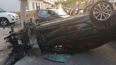 Un joven sin carné choca contra ocho vehículos antes de volcar el suyo en Ibiza
