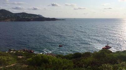 Buscan a un joven arrastrado por una ola en una zona rocosa de Ibiza