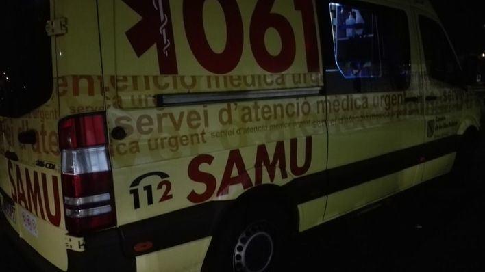 Un coche vuelca tras dormirse el conductor e impactar contra un semáforo en una calle de Palma