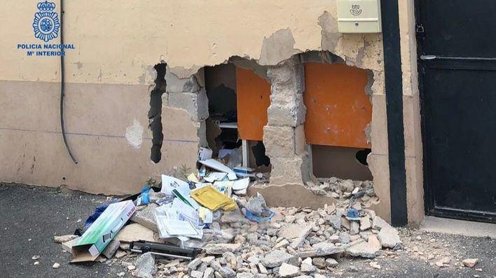 Destrozan una pared para robar uniformes y hacerse pasar por empleados para estafar 7.500 euros